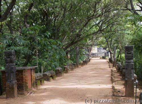 Дорожка к храму Наланда Гедиге