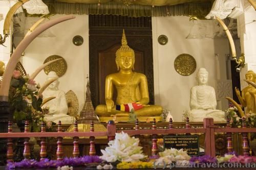 Внутри Храма Зуба Будды