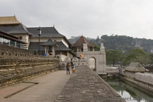 Ров с водой перед Храмом Зуба Будды