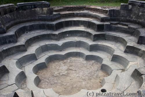 Колишній басейн у формі лотоса (Nelum Pokuna)