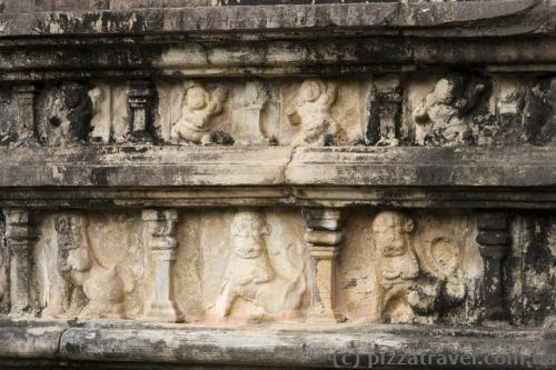Стародавні барельєфи