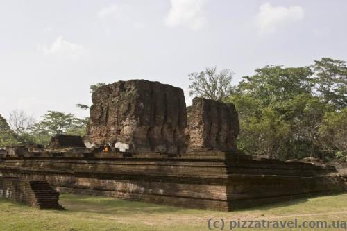 Руїни королівського палацу Паракрамабаху I (Weijantha Prasada)