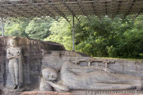 Лежачий 14-метровий Будда