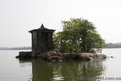 Остров с мини-храмом