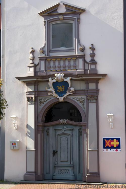 Красивый вход в здание в Ринтельне