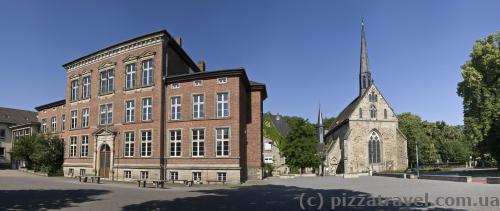 Старая гимназия и церковь Св. Якоба