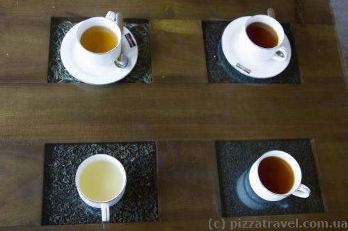 Цікавий столик, готовий чай стоїть на тих листках, з яких він був зроблений.