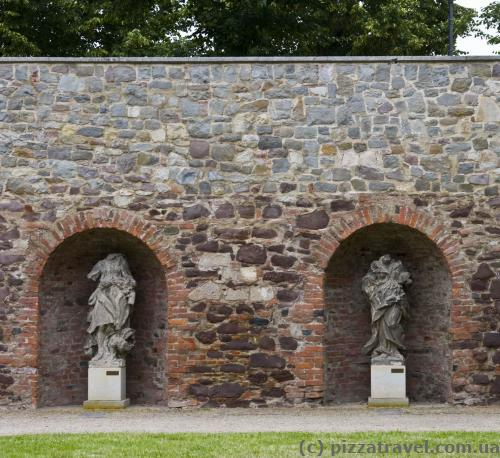 Скульптури без голови в саду Moellenvogteigarten