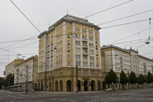 Будівлі на Ernst-Reuter-Allee