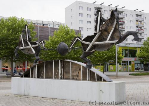 Позаду скульптура порожня