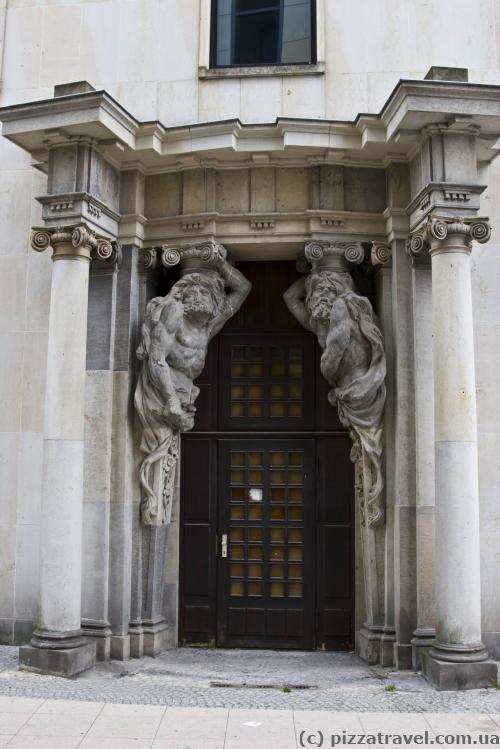 Двери обычного дома