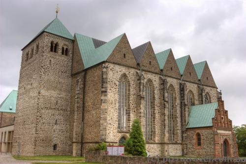 Парафіяльна церква Святого Петра (1150), відновлена у 1970 році
