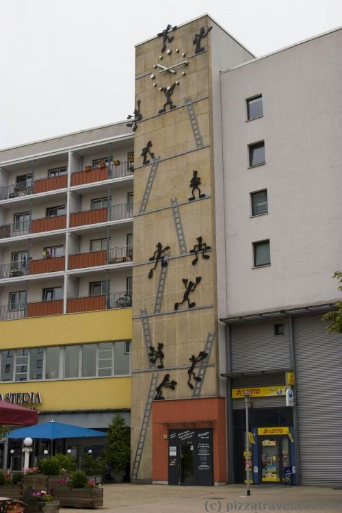 Чоловічки захоплюють будинок на Leiterstrasse.