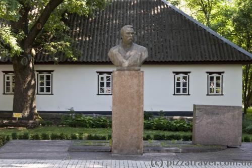 Monument to Ivan Tobilevych (Karpenko-Karyi)
