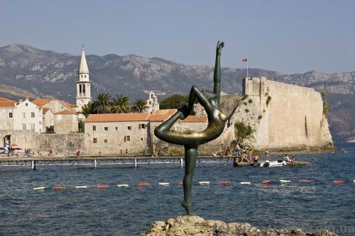 Скульптура гимнастки - символ Будвы