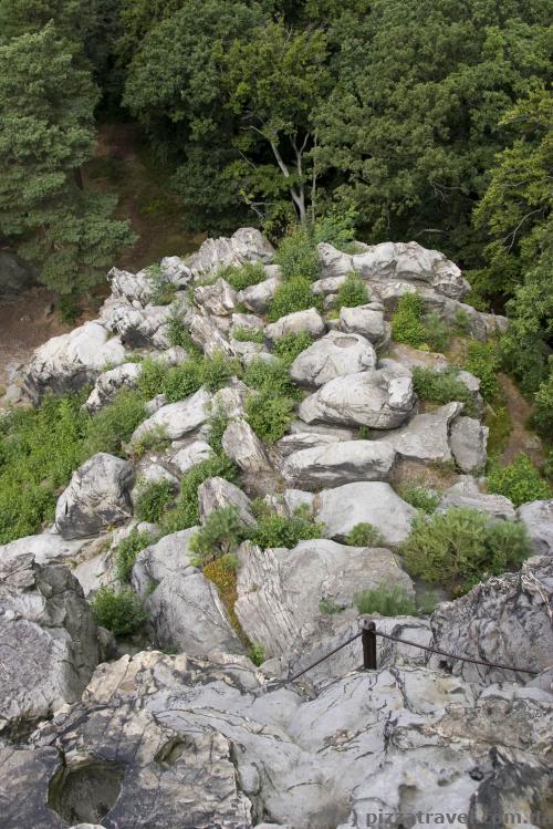 Камені під оглядовим майданчиком