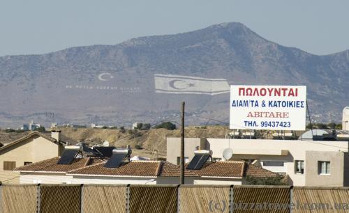 Еще при подъезде к Никосии вдалеке виднеется огромный турецкий флаг.