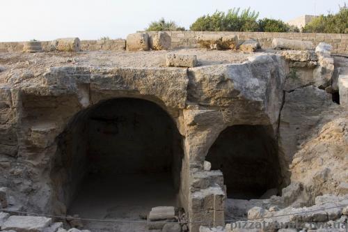 Древние могилы в археологическом парке