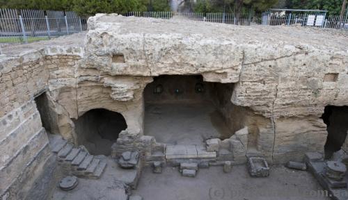 Раскопки ведутся даже в центре города.