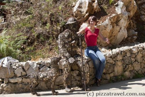 Пам'ятник місцевому жителю, який охороняв печеру