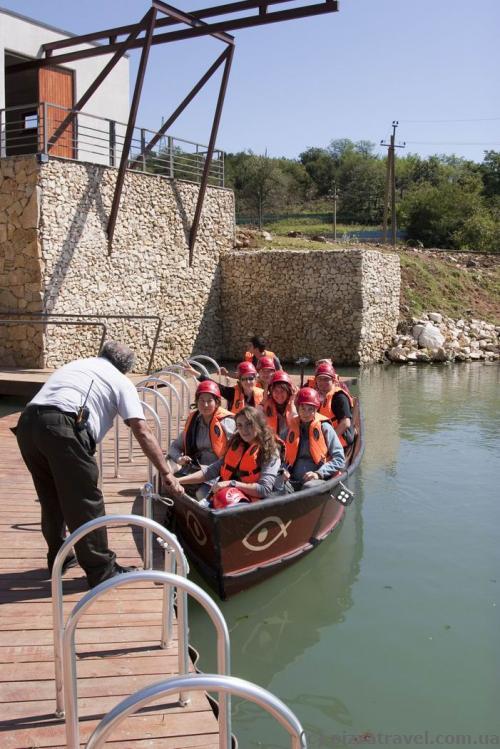 З печери всі випливають на човні.