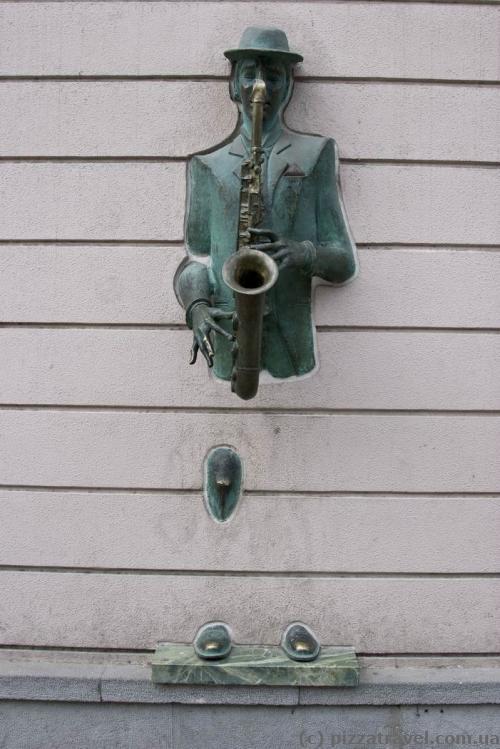 Скульптура у стіні на проспекті Руставелі