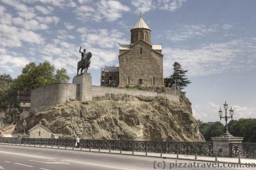 Памятник Вахтангу Горгасали и церковь Метехи