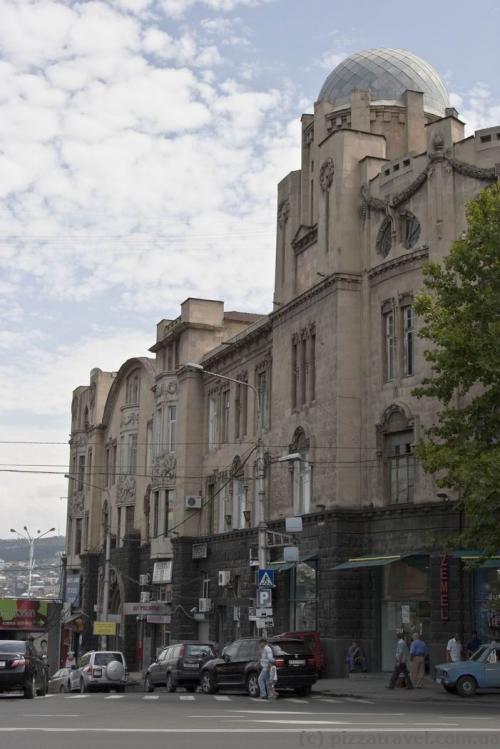 Будівля біля станції метро Руставелі