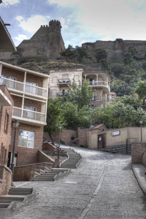 Реконструированная часть старого города возле крепости Нарикала