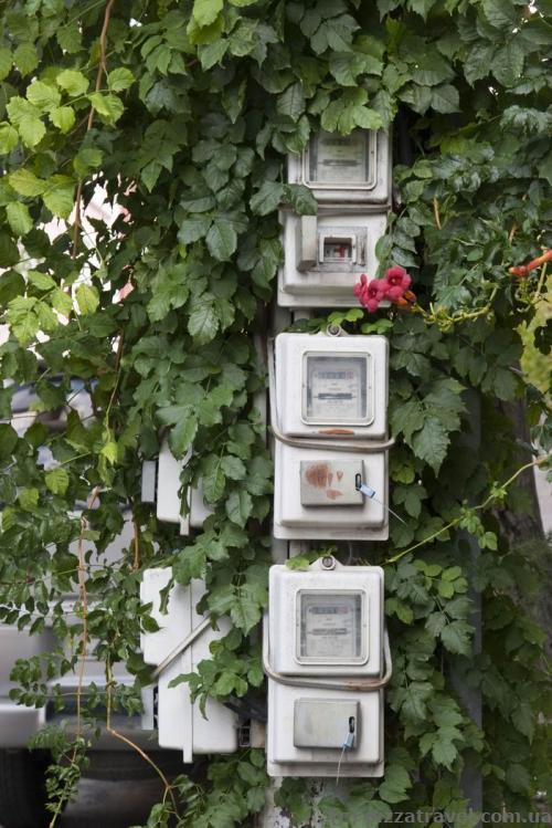 Лічильники електроенергії висять просто на вулиці.