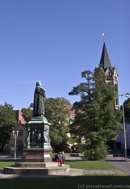 Памятник Мартину Лютеру и церковь Святого Николая