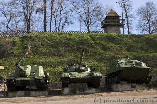 Военная техника возле объекта Скала в парке Островского в Коростене