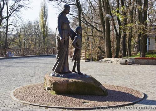 Памятник будущему князю Владимиру и его матери Малуше в парке Островского в Коростене
