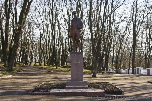 Памятник Николаю Островскому, чьим именем назван парк в Коростене