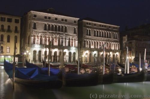 Лодки на Гранд-канале в Венеции
