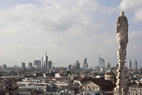 Современный Милан вдали