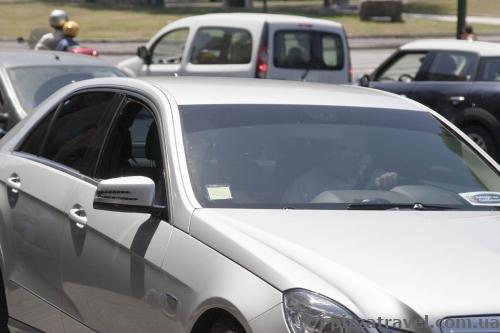 Некоторые посещают достопримечательности, не выходя из автомобиля.
