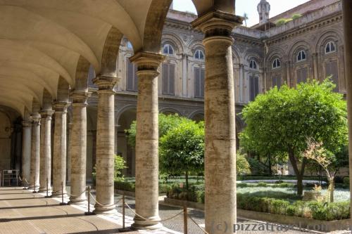 Один из двориков на Via del Corso