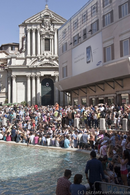 Average number of tourists around the Trevi Fountain