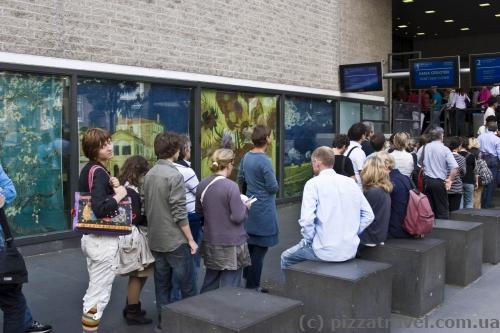 Черга до музею Ван Гога