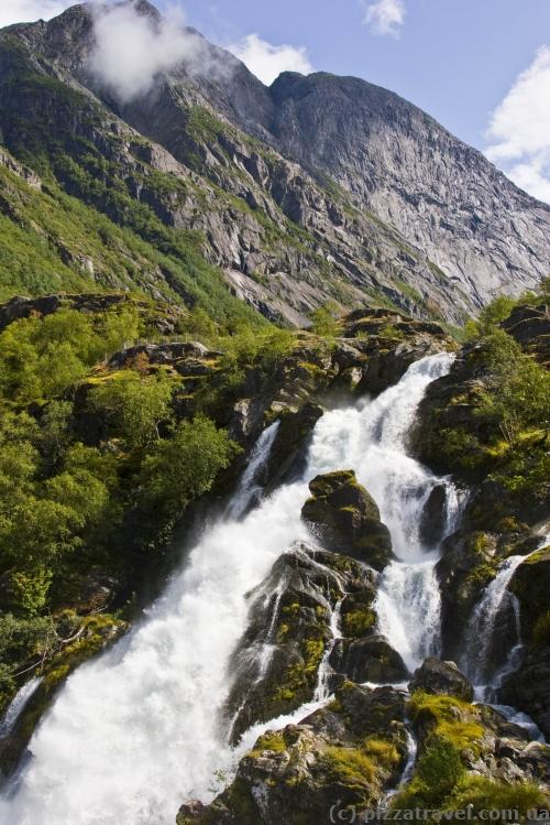 Водопад около Бриксдальского ледника