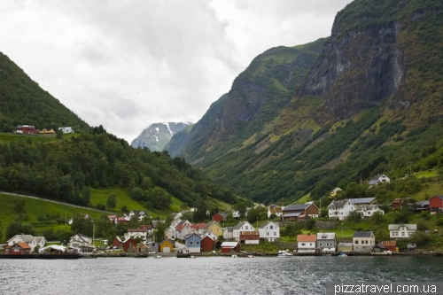 Поселение Ундредал на берегу Согнефьорда