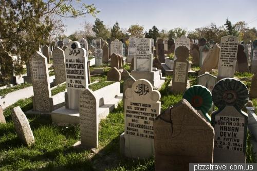 Кладовище біля музею Мевляни в Коньї