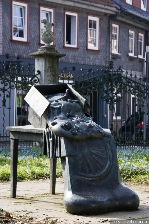 Незрозуміла скульптура в саду Stiftsgarten в Айнбеку