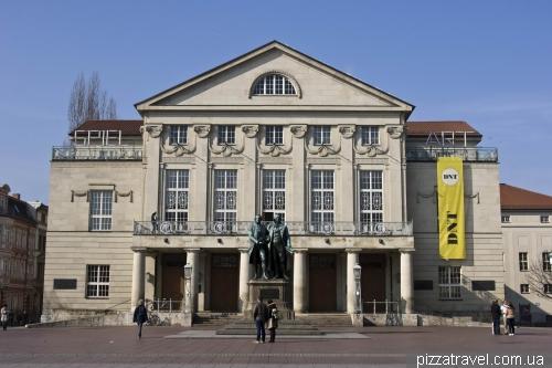 Театр и памятник Гёте и Шиллеру в Ваймаре