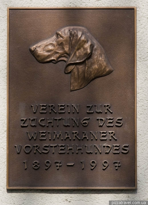 Табличка в Ваймаре, посвященная собакам породы