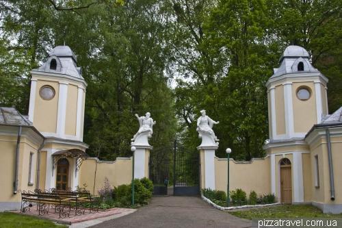 Господарські флігелі палацу в Оброшине