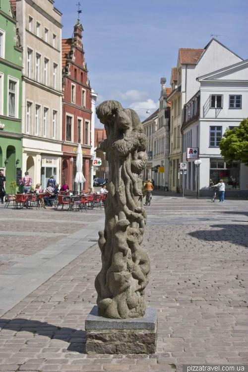 Непонятная скульптура в Гюстрове