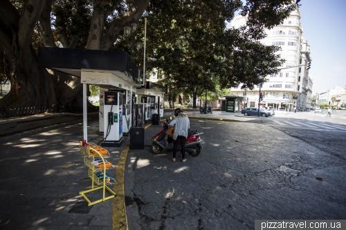Маленькая заправочная станция, прямо в центре города