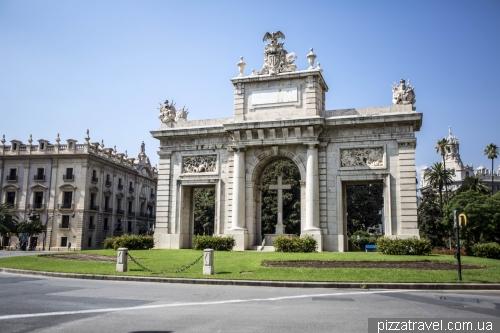 Монумент в память всех жертв Гражданской войны. Воздвигнут по указанию Франко